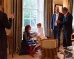 O príncipe George brinca com o cavalinho de madeira que ganhou de Barack e Michelle Obama logo quando nasceu