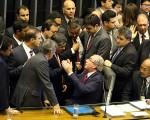 Eduardo Cunha conversa com deputados da comissão especial