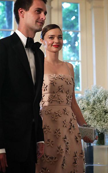 Miranda kerr usa vestido floral e rouba a cena em jantar - Evan spiegel miranda kerr ...