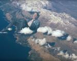 Chris Martin em uma das cenas do clipe que traz os integrantes do Coldplay em proporções gigantescas