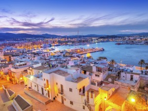 Miller finca bandeira em Ibiza no verão europeu. Vem quente!