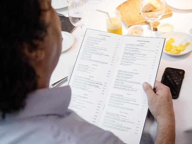 O menu do Parigi olhado com carinho por Casagrande