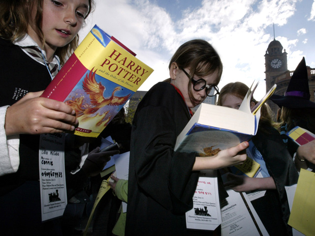 """Meninas lendo """"Harry Potter e a Ordem da Fênix""""na Estação Central de Sydney em 2003 depois de ter sido lançado na Austrália"""