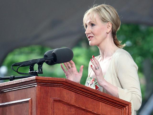 J. K. Rowling faz um discurso na Universidade de Harvard, em Cambridge