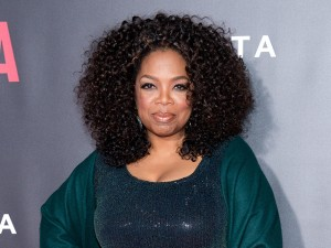 De olho na balança, Oprah Winfrey lança livro com receitas light