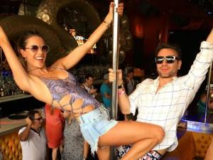 Cassino, pole dance, perucão… Um giro em Vegas com Alessandra Ambrosio!