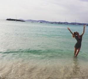 Bianca Brandolini respira a brisa do Mediterrâneo em seu aniversário
