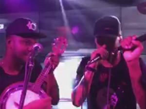 Neymar e Thiaguinho soltam a voz em festa com Medina e Fernanda Souza