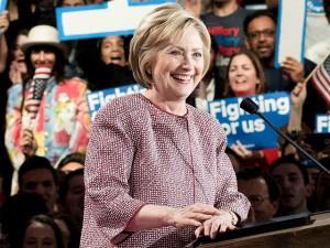Hillary Clinton é criticada por usar casaco de US$ 12 mil em discurso