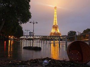 Chuvas fortes em Paris causam inundações e fecham museus