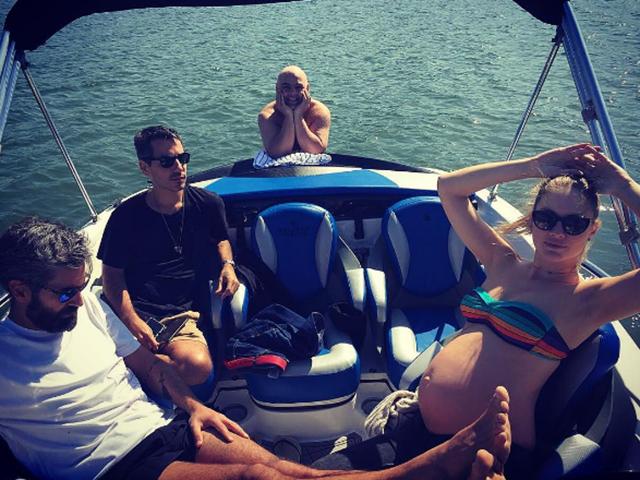 Ana Claudia Michels com o marido Augusto de Arruda Botelho e os amigos Marcelo Sommer e o DJ Zé Pedro  ||  Crédito: Reprodução / Instagram
