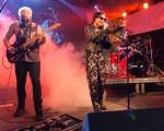Marina Lima no palco com a Banda Strobo