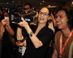 Sonia Braga com a câmera dos estudantes que acompanhavam os protestos na região da Avenida Paulista