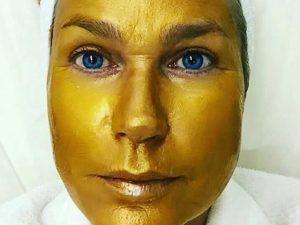 O segredo de Xuxa para uma pele perfeita? Ouro, muito ouro… Aos detalhes!