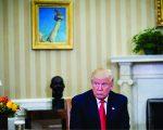 Trump e, no fundo, o busto de Martin Luther King