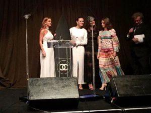 Marina Ruy Barbosa arremata prancha de surfe da Chanel por R$ 30 mil