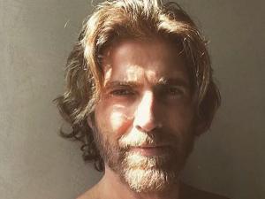 Gianecchini pinta e hidrata barba toda semana e usa surf spray no cabelo