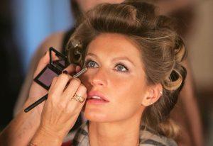 Dermatologista fala da importância de limpar os pincéis de maquiagem
