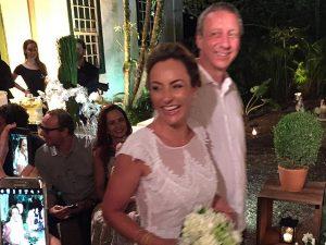 Carolina Perez diz sim para Ronaldo Stern em cerimônia íntima em Paraty