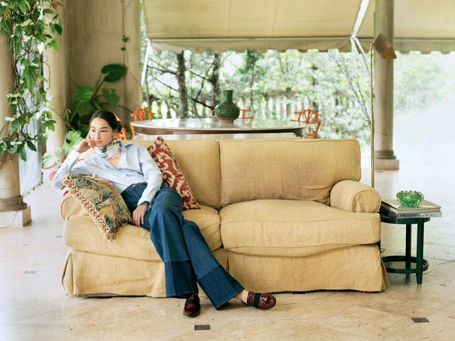Bruna Tenório usa calça jeans Valentino, sapato Céline, camisa H&M, lenço Chanel e brinco vintage