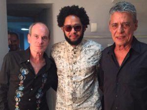 Wilson das Neves completa 80 anos rodeado por amigos no palco e plateia
