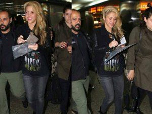 Shakira desembarca em São Paulo com look rocker e alma de boa moça