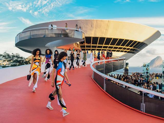 Clique do desfile Cruise 2017 da Louis Vuitton no RJ!    Créditos: Divulgação