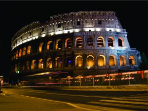 Dupla de turistas brasileiros tenta invadir Coliseu, mas se dá mal