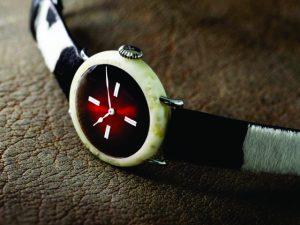Tradicional marca suíça cria relógio de luxo com material inusitado. Qual?