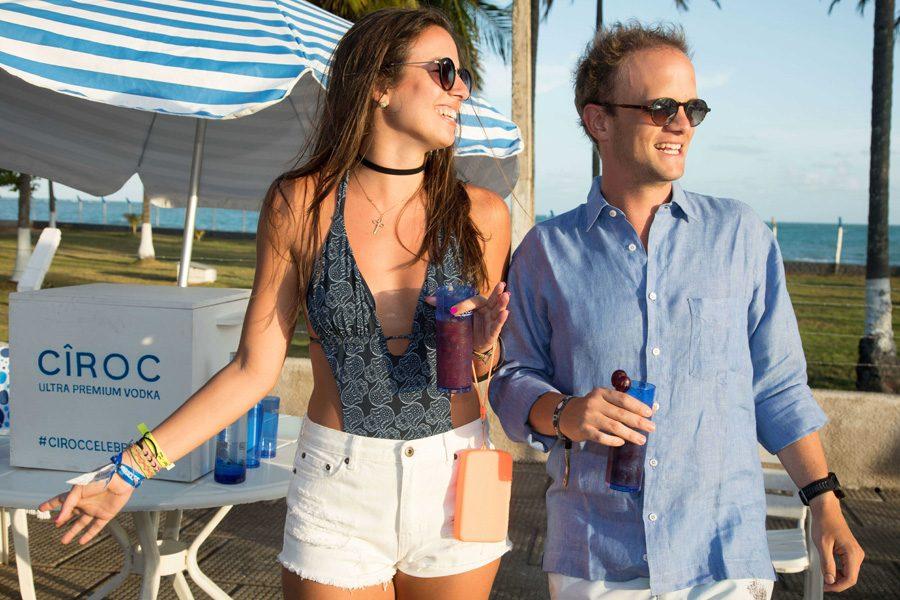Laura  Laragnoit e Fabio Di Gregorio, anfitrião de tarde de drinks em São Miguel dos Milagres