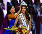 Iris recebe a coroa da vencedora de 2016 do Miss Universo, a filipina Pia Alonzo Wurtzbach