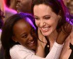 A atriz Angelina Jolie abraça Zahara Marley Jolie-Pitt depois de ganhar o prêmio de vilã no filme 'Maleficent' durante o 28º Kids 'Choice Awards da Nickelodeon