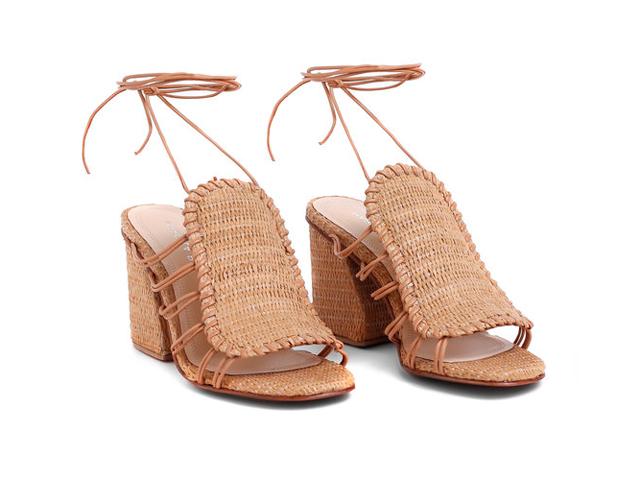 Nosso desejo do dia: a sandália de salto assimétrico feita de palha natural da Marcela B.