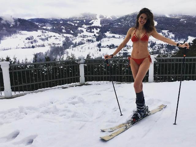 Luciana Gimenez apenas de biquíni pronta para esquiar