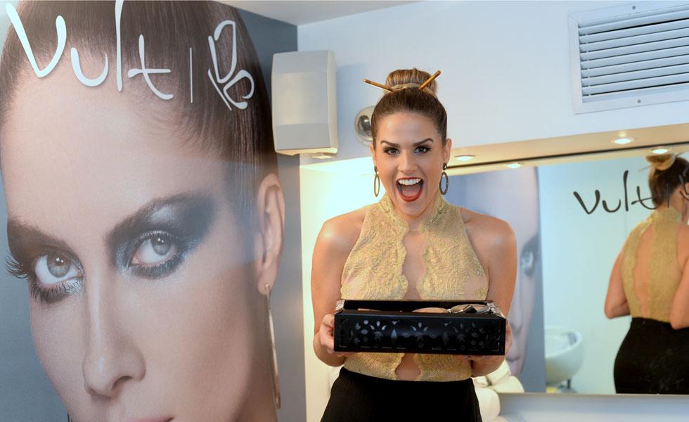Laila Coelho com gift Vult