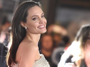 Enquanto procura RP, Angelina Jolie recebe conselhos de política britânica