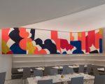 Um dos painéis da artista norte-americana Sarah Crowner no Wright Restaurant