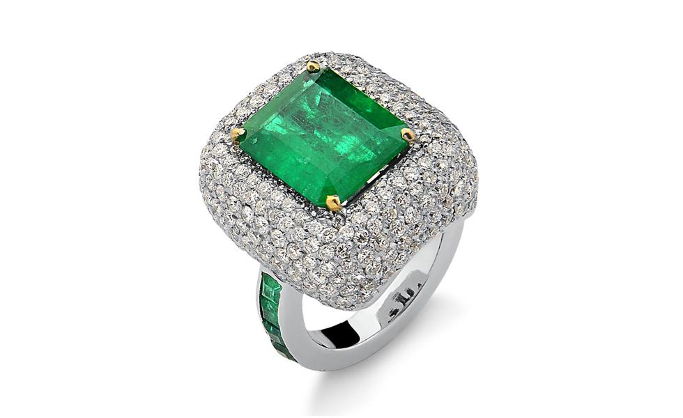 Anel de ouro branco com diamantes e esmeraldas