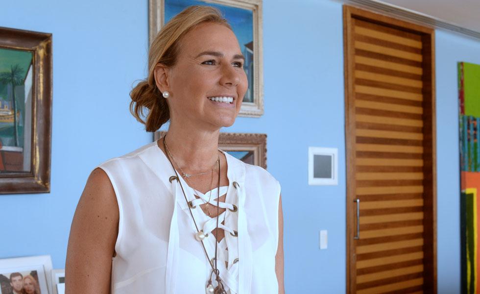 Elisa Marcolini recebeu amigos para um almoço de apresentação do filho, o chef Antonio Pedro Mendes