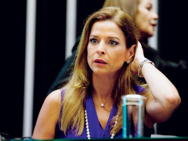 BRASÍLIA, DF, 05.11.2015, 10H00: CLÁUDIA CRUZ - Cláudia Cruz, mulher de Eduardo Cunha, participa de evento na Câmara dos Deputados, em Brasília (DF). (Foto: Pedro Ladeira/Folhapress)