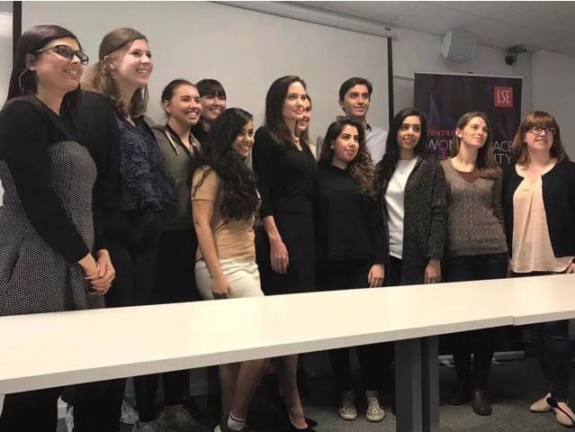 A atriz também posou para selfies com alunos