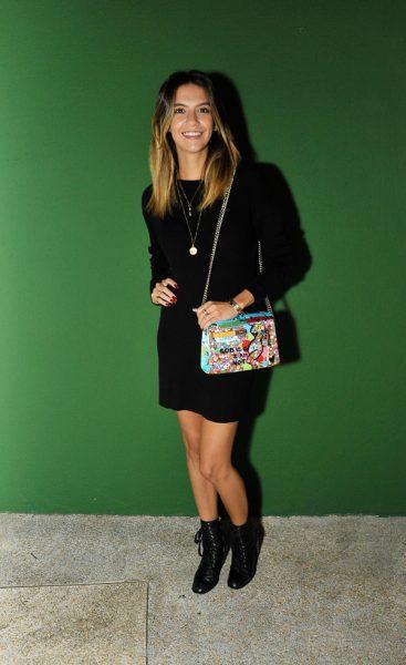Olivia Lambiasi de vestido vintage comprado em Santa Monica, bolsa Hermès e botas Schutz no opening da Casa Glamurama
