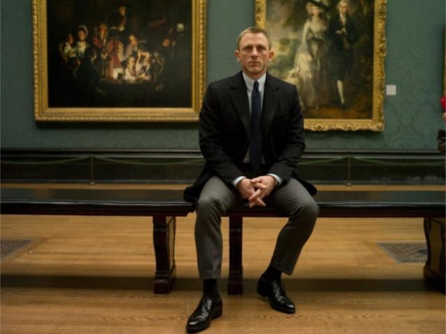 """Daniel Craig em cena de """"Skyfall"""", com o quadro ao fundo"""