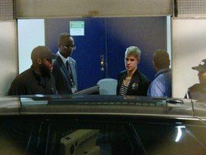 Justin Bieber desembarca no Brasil e os babados começam a tomar forma