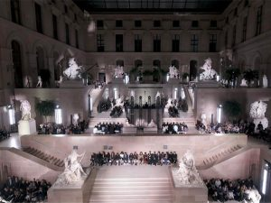 Louis Vuitton desloca turma da moda pro Louvre e o resto é história… Vem!