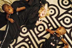 Óin!!! Madonna ataca de mãe coruja com muitos cliques de suas gêmeas