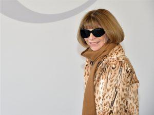 Anna Wintour doa óculos a evento apoiado por ator que faz parodia dela