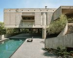 A casa vista da área da piscina: o concreto aparente é uma das características do trabalho do premiado arquiteto Paulo Mendes da Rocha || Foto: Gui Morelli
