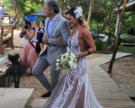 Gabriela Pugliesi a caminho do altar acompanhada de Bruno Minelli