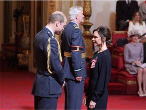 Victoria Beckham é condecorada pelo príncipe William no Palácio de Buckingham